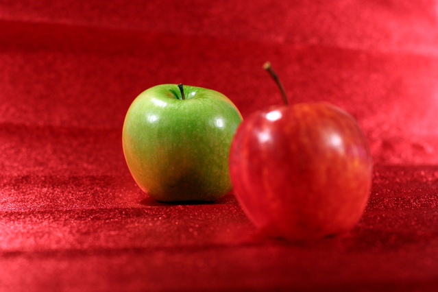 green-and-red-apple-1547081-639x426